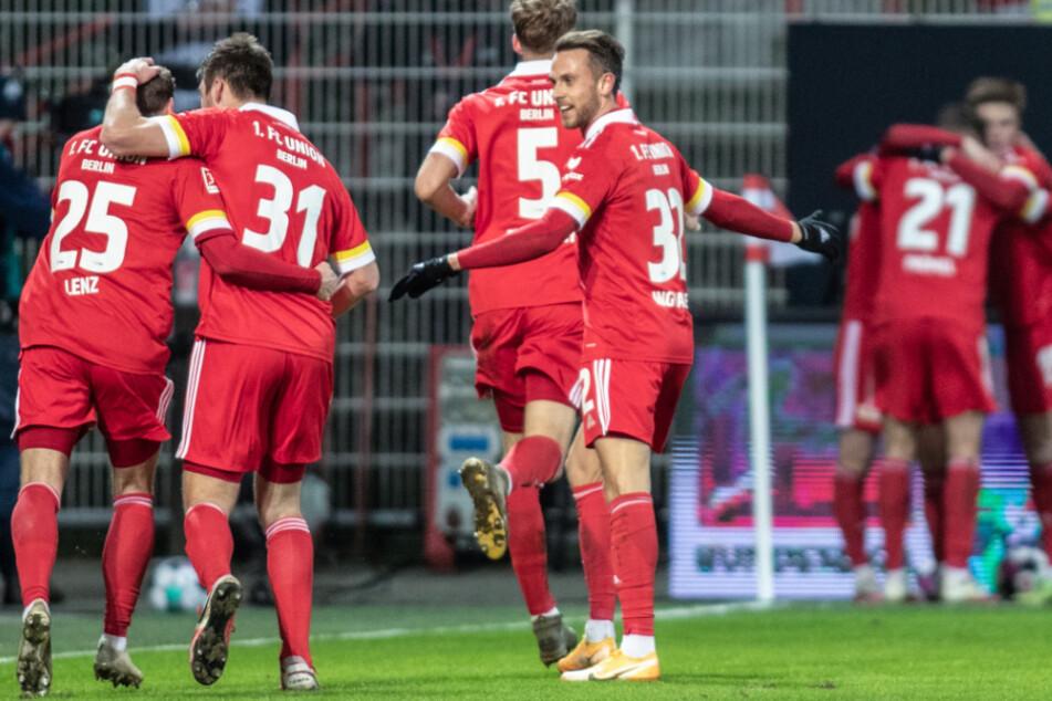 Unions Christopher Lenz (l.-r.), Robin Knoche, Marvin Friedrich und Marcus Ingvartsen jubeln nach Teucherts 1:0 Siegtreffer gegen Bayer Leverkusen.