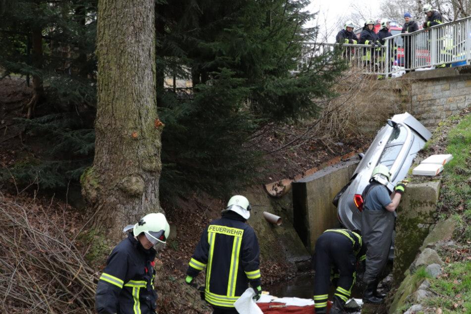 VW-Fahrer kommt von der Straße ab und stürzt in einen Bach