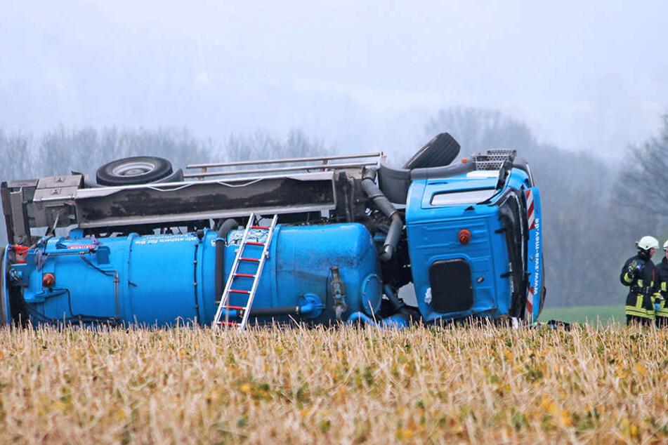 Der Laster blieb nach dem Unfall in Oberlichtenau im Straßengraben liegen.