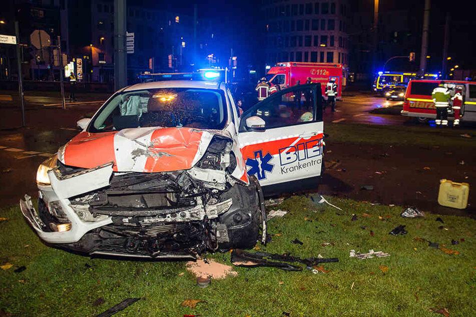 Das Einsatzfahrzeug des Rettungsdienstes ist komplett zerstört.