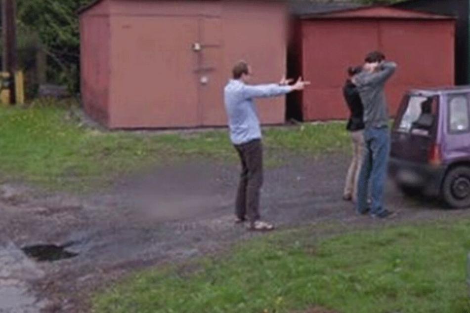 Pärchen mit Waffe bedroht: Google Street View macht bizarre Aufnahme