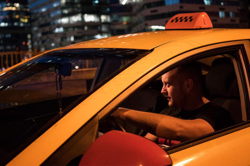 Taxifahrer zockt Frau ab! Als sie sich weigert zu zahlen, eskaliert die Situation