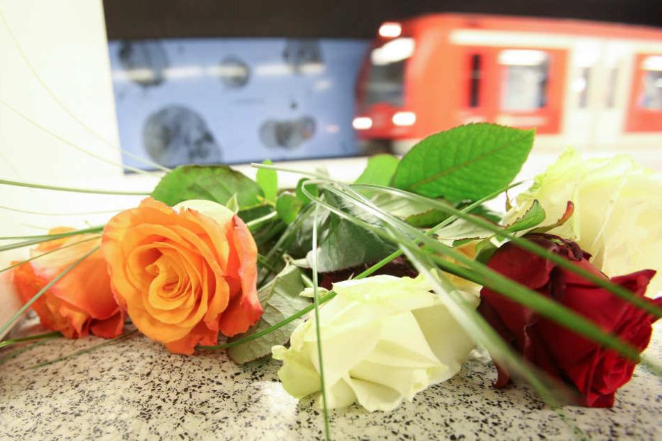 Blumen liegen nach dem tödlichen Messerangriff auf dem S-Bahnsteig Jungfernstieg.