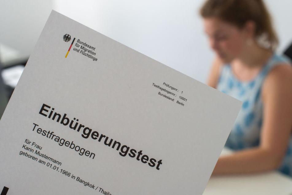 Der Einbürgerungstest umfasst 33 Fragen, von denen 17 richtig beantwortet werden müssen.