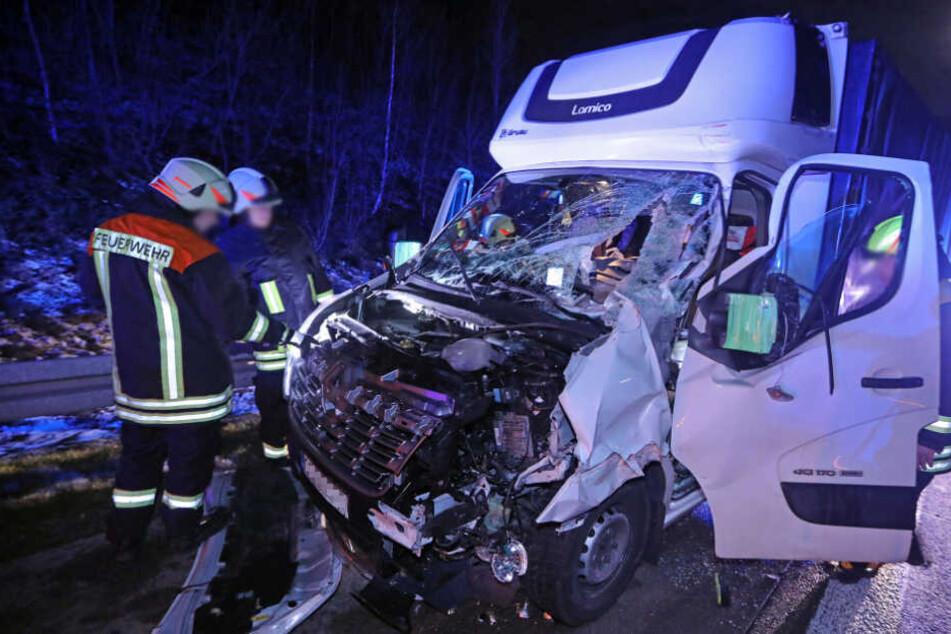 Der Fahrer des Kleintransporters wurde schwer verletzt.