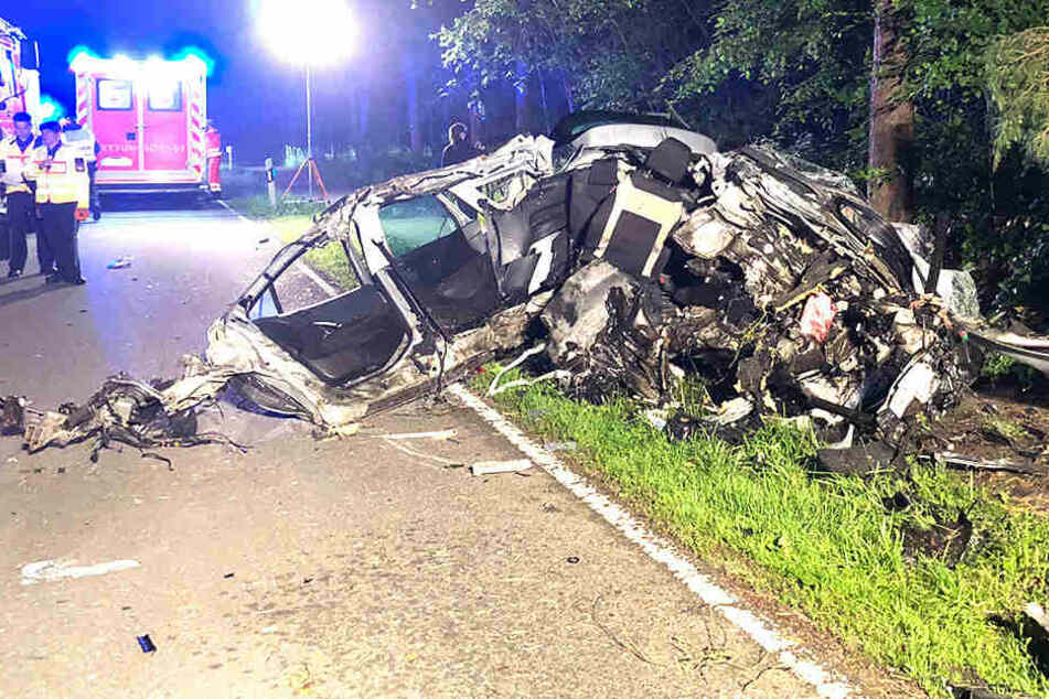 Das Auto wickelte sich einmal komplett um den Baum. Der Fahrer war sofort tot.