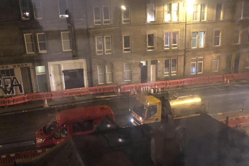 Die Straßenbauarbeiten laufen auch in der Dunkelheit.