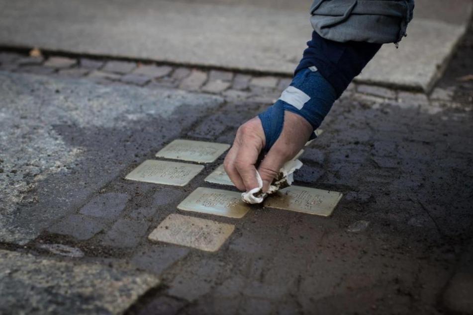 In der Funkenbergstraße erinnern acht neue Stolpersteine an das Schicksal der jüdischen Familie Rosenzweig.