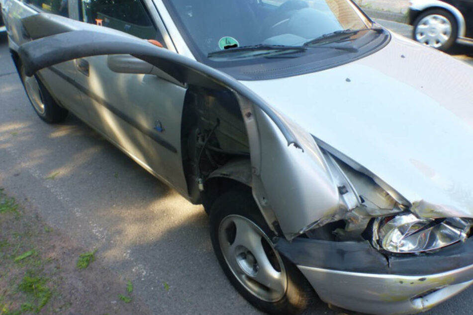 Bei dem Aufprall wurde der Corsa stark beschädigt.