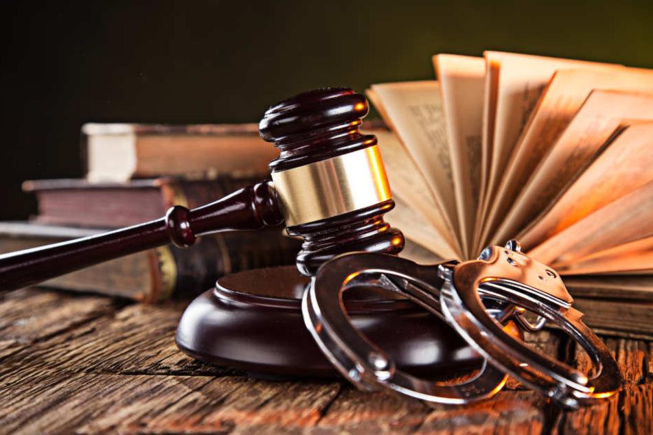 Fünf Jahre Haft und eine anschließende Unterbringung in einer psychiatrischen Klinik erwarten der 26-Jährigen (Symbolbild).