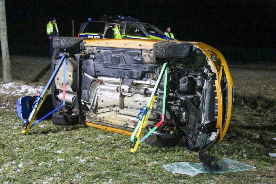 Der Seat kam auf der Fahrerseite zum Liegen. Die Fahrerin wurde schwer verletzt.