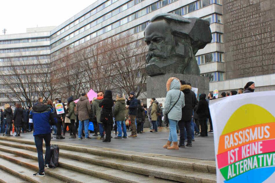 Menschen haben sich zur Demonstration March Against Racism am internationalen Aktionstag gegen Rassismus vor dem Karl-Marx-Monument versammelt.
