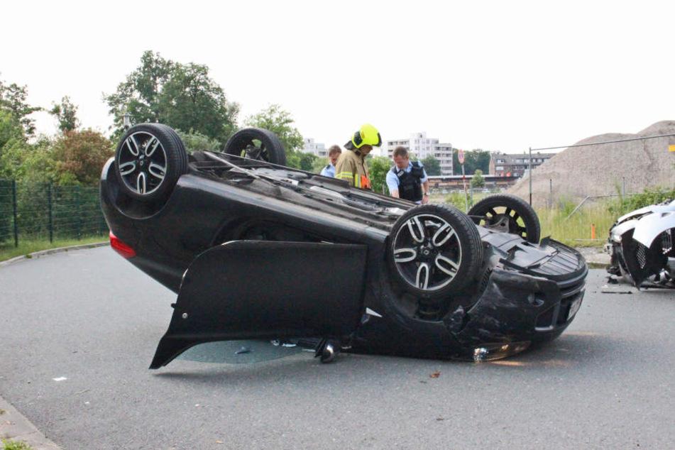 Der Renault des angetrunkenen Fahrers blieb auf dem Dach liegen.