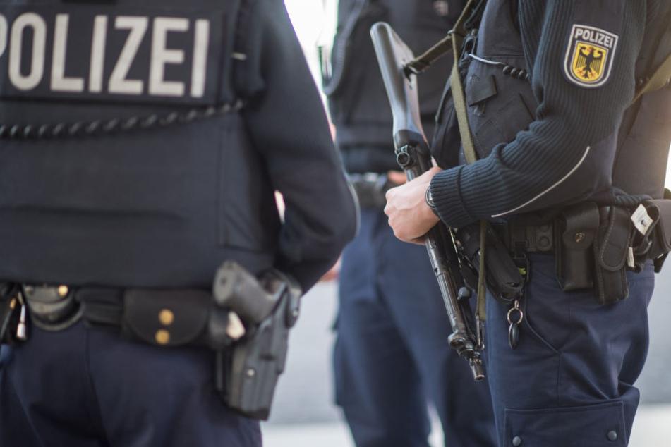 Die Polizei durchsuchte am Dienstagvormittag mehrere Objekte in Halle (Saale) und Merseburg. (Symbolbild)