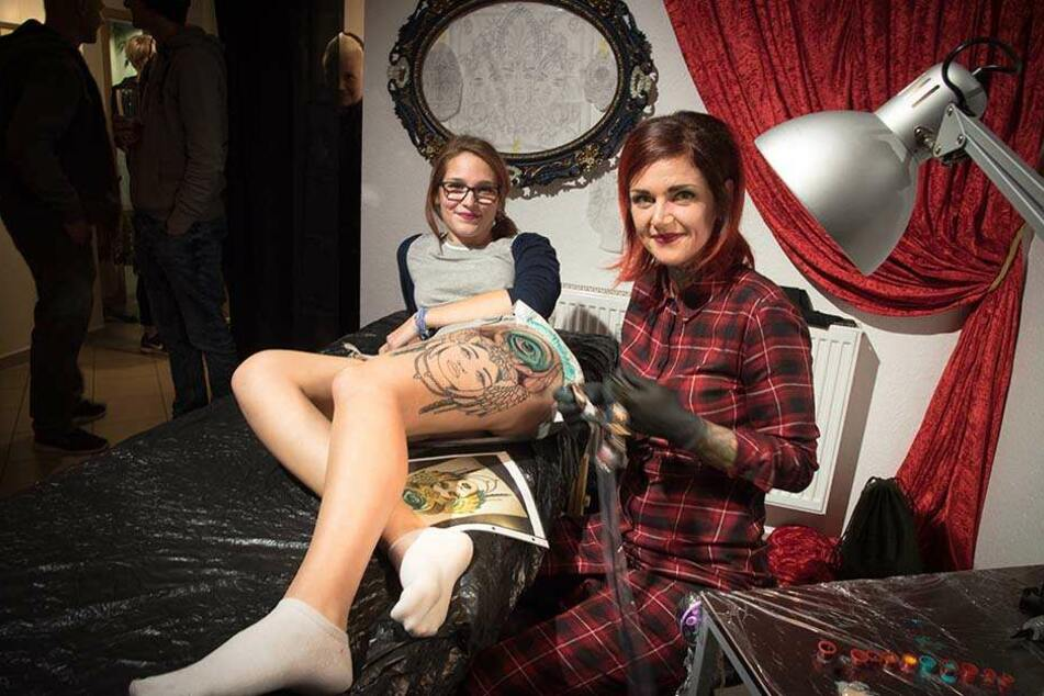 Zur Vernissage stach Künstlerin Katja Soltmann (32) Model Theresia Pechstein (19) ein Live-Tattoo vor Publikum.
