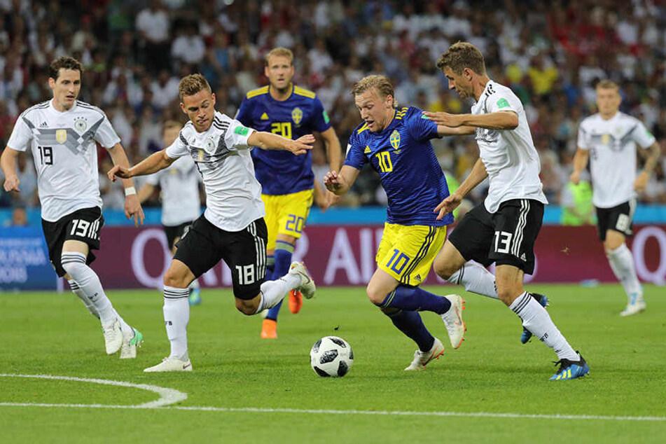 Thomas Müller (r.) arbeitet mit nach hinten und nimmt RB-Leipzig-Profi Emil Forsberg (M.) den Ball ab. Sonst wäre auch noch Joshua Kimmich (Zweiter von links) zur Stelle gewesen. .