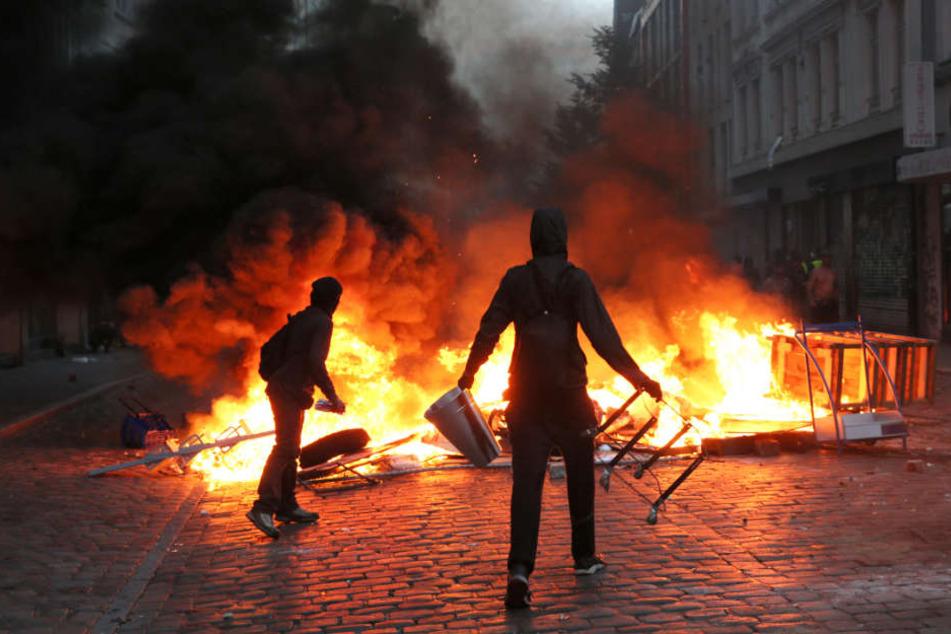 Während des G20-Gipfels errichten Gegner brennende Straßenbarrikaden.
