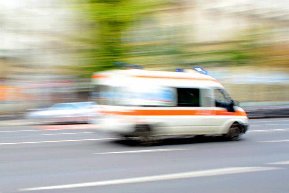 Sie wollten nur ihr Leben retten: Sanitäter flüchten vor Patientin, weil die mit Fernseher wirft