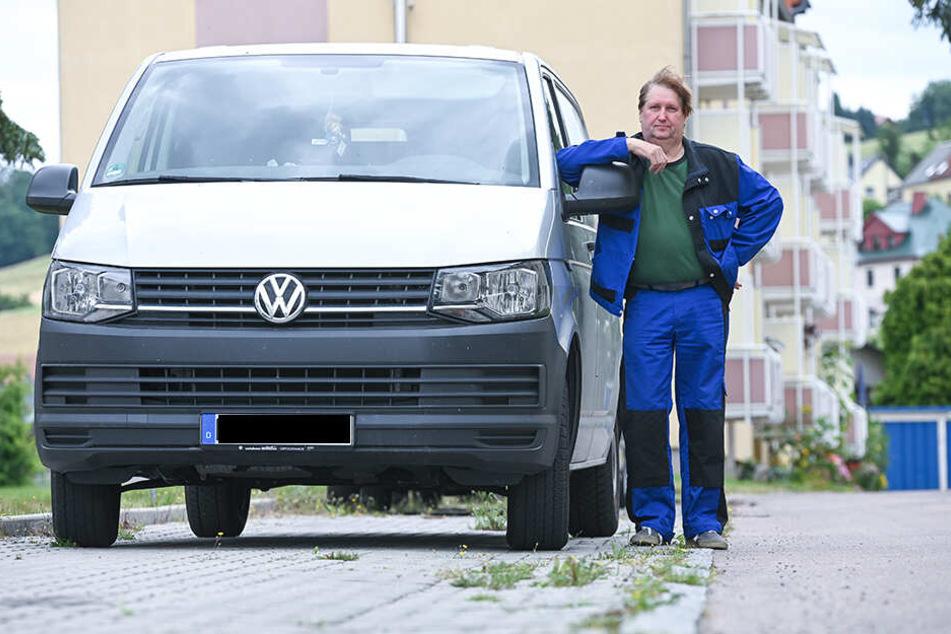 Volkmar Rohrbeck (56) wollte zum Führerschein noch den Personenbeförderungsschein erwerben. Doch nun ist er seine Fleppen erst mal los.