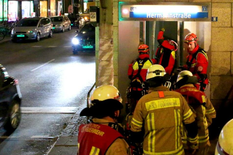 Befreiungsaktion in Berlin: Vater und Tochter in U-Bahn-Fahrstuhl eingeschlossen