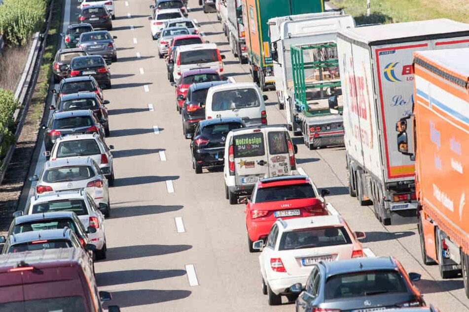 Die Staus werden mehr und länger, die Zeitverluste für Autourlauber immens.