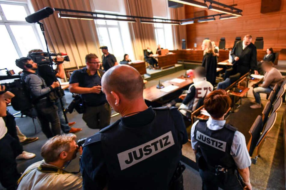 Das Urteil für die Mutter (rechts im Bild) und ihren Lebensgefährten (mittig, helle Weste) steht nun aus. Die beiden wurden zu langen Haftstrafen verurteilt.