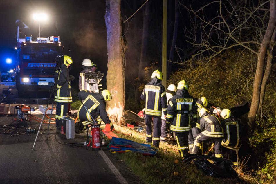 Die Feuerwehr befreite den Unfallfahrer aus seinem Fahrzeug.
