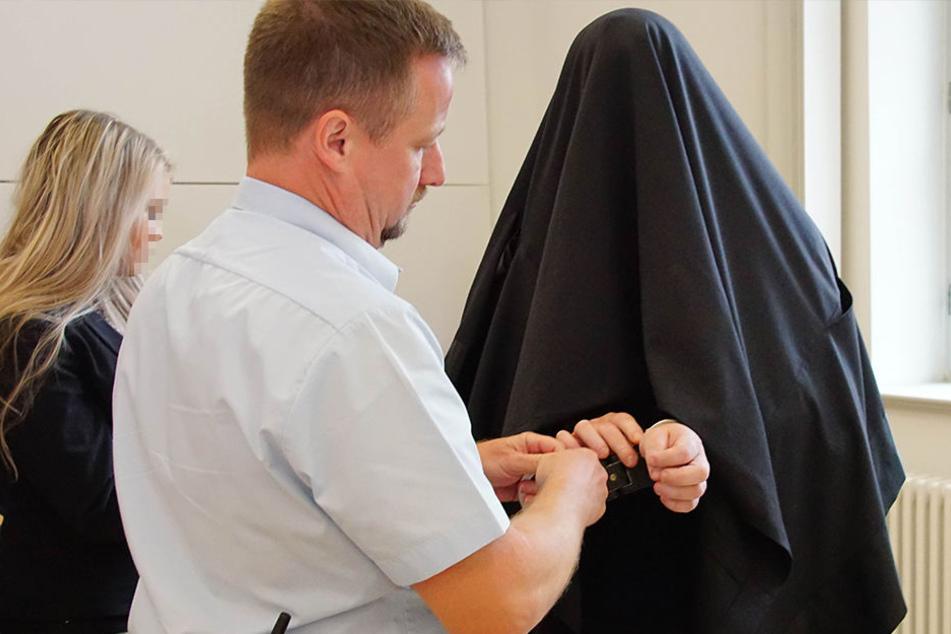 Unter einem schwarzen Tuch versteckte sich Richard G. (34) vor der Presse.