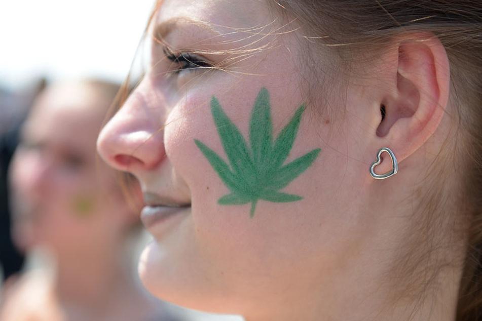 Immer mehr Menschen machen sich stark für die Legalisierung von Cannabis. 2019 darf es auch in Deutschland angepflanzt werden. (Symbolbild)