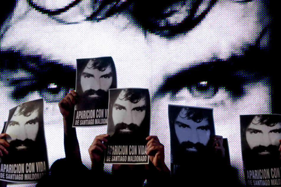 Demonstranten halten Anfang September Plakate mit dem Konterfei des damals vermissten Menschenrechtsaktivisten Santiago Maldonado bei einer Protestaktion hoch.