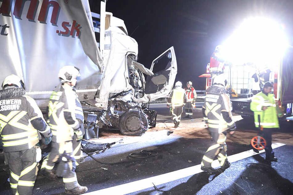 Feuerwehrleute mussten sich um auslaufende Betriebsstoffe kümmern.
