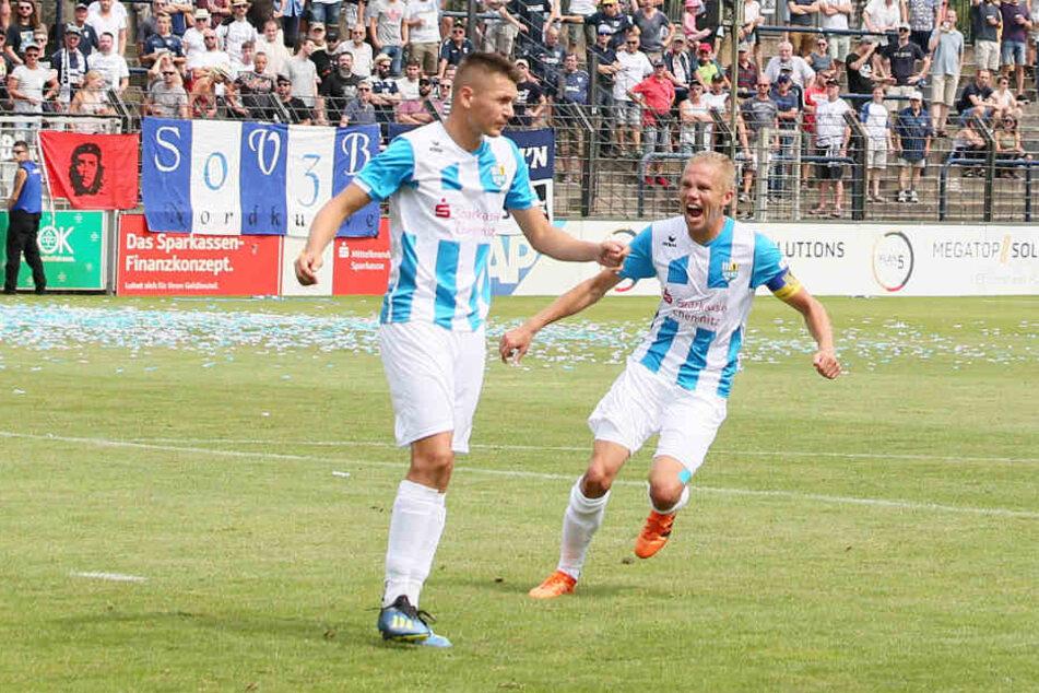 Der Treffer zum 0:1 durch Daniel Frahn (l.) per Elfmeter und jubelt mit Dennis Grote (r.).