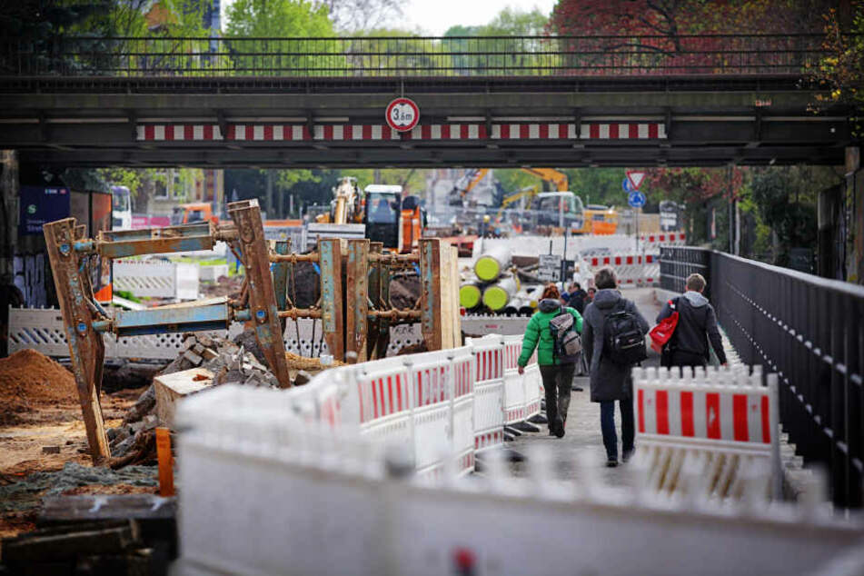 Die Baustelle an der Oskarstraße in Strehlen muss vorläufig pausieren.  Notwendige Arbeiten werden noch ausgeführt.