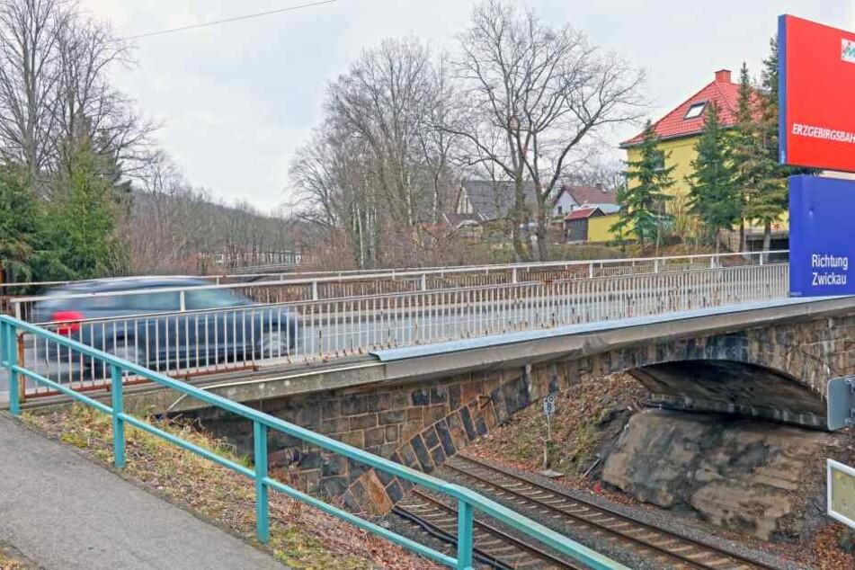 Da die Eisenbahnbrücke saniert wird, wird die B93 im Ortsteil Silberstraße bis voraussichtlich Dezember gesperrt.