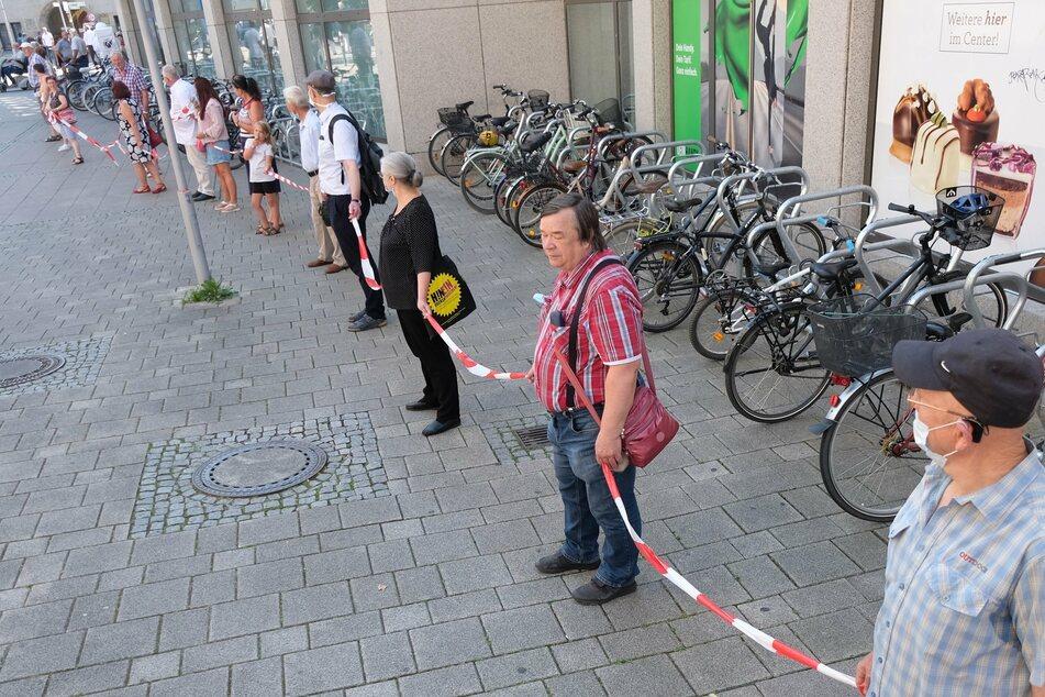 Weiterer Karstadt macht dicht: Mitarbeiter demonstrieren mit Menschenkette