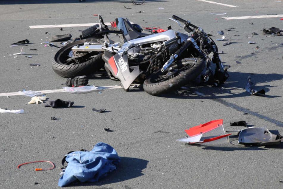 Das Motorrad des 16 Jahre alten Jugendlichen ist komplett zerstört.