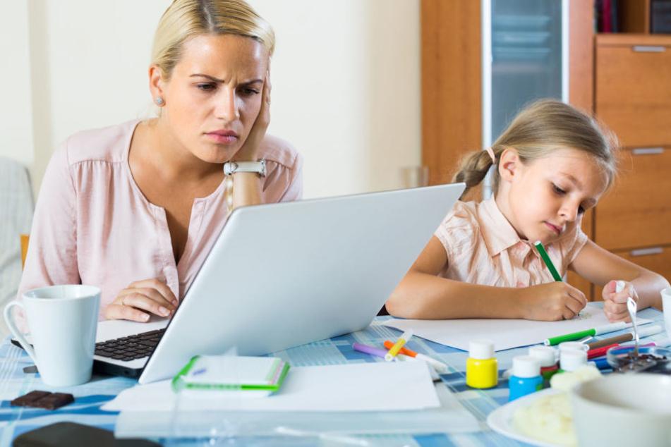 Für viele von einem Elternteil verlassene Kinder gibt es den Unterhaltsvorschuss von der Kommune - das Antragsverfahren hat es aber in sich.