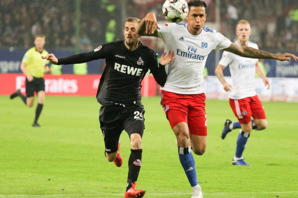 Situation aus dem Hinspiel: Hamburgs Leo Lacroix und Kölns Dominick Drexler (li.) im Zweikampf um den Ball.