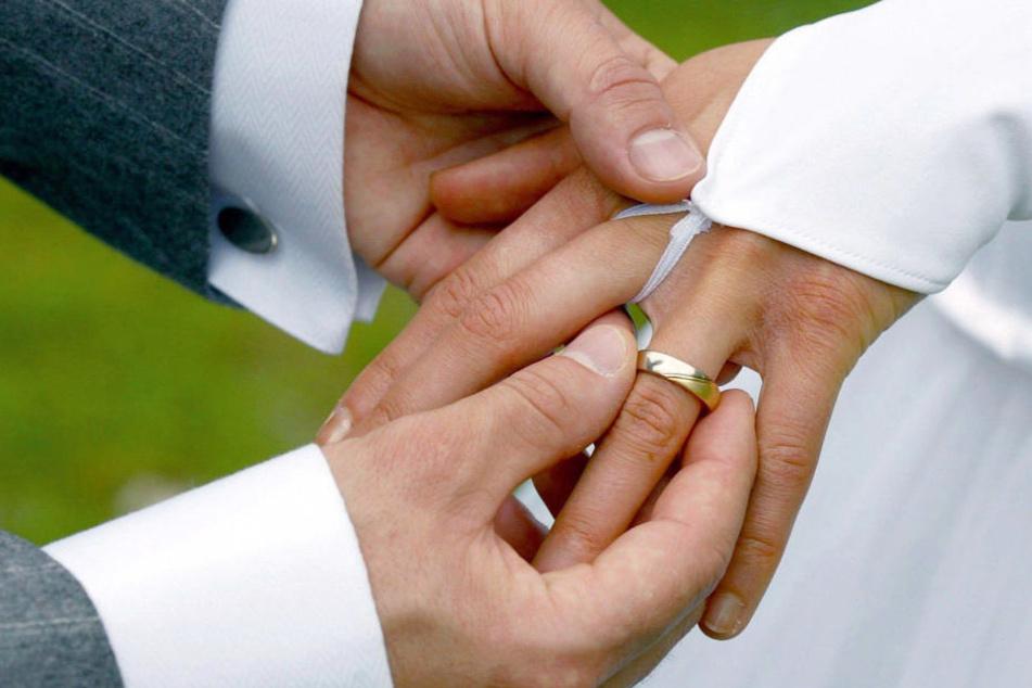 Nach der glücklichen Trauung erlitt der Bräutigam einen herben Verlust (Symbolbild).
