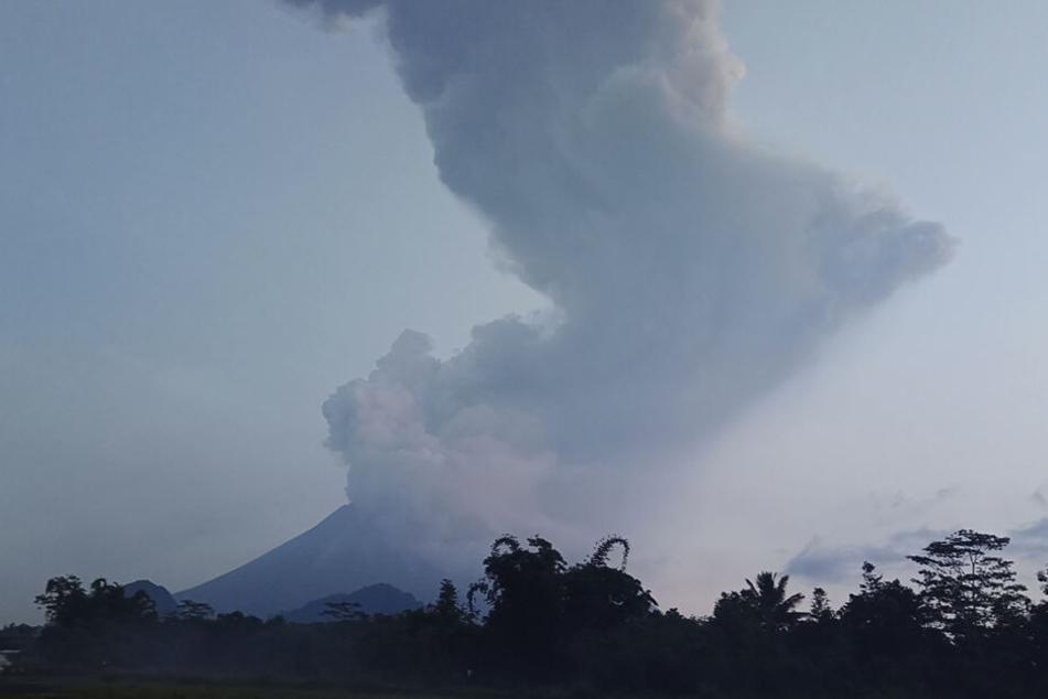Der Vulkan Merapi spuckt Asche.