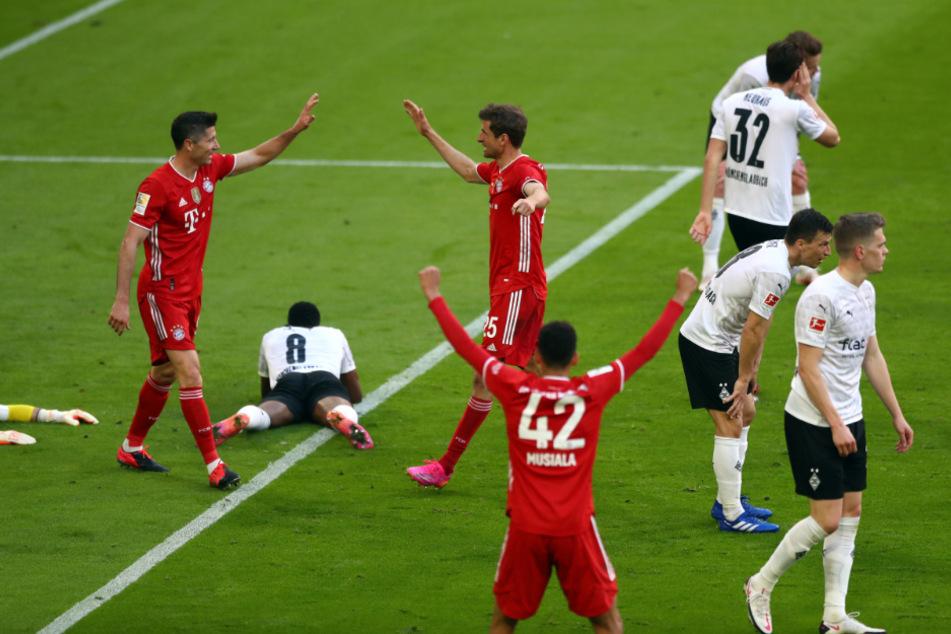Thomas Müller (3.v.l.) feiert sein Tor zum 2:0 mit Robert Lewandowski (l.)
