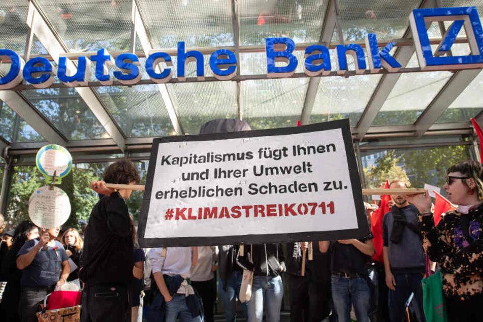 """Demonstranten blockierten den Eingang einer Filiale der """"Deutschen Bank"""" in Stuttgart. (Archivbild)"""