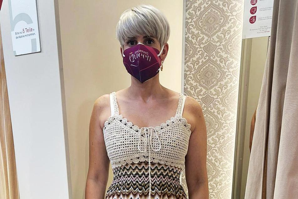 """Influencerin Madeleine (28) entschied sich für ein langes Kleid in Häkel-Optik, um dem Motto """"Lass die Sonne rein! Finde dein neues Lieblingskleid für die heiße Jahreszeit!"""" gerecht zu werden."""