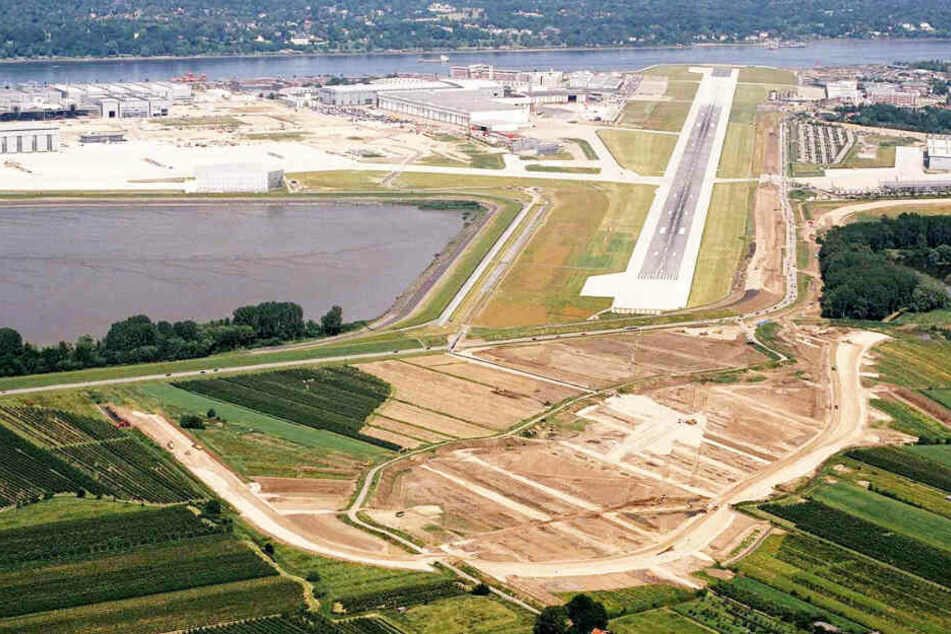 Damit auch die nie gebaute Frachtversion des A380 in Finkenwerder starten und landen kann, wurde die Start- und Landebahn des Werksflughafens im Jahr 2006 verlängert.