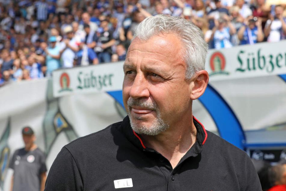 Der Kölner Trainer Pavel Dotchev steht am Spielfeldrand.