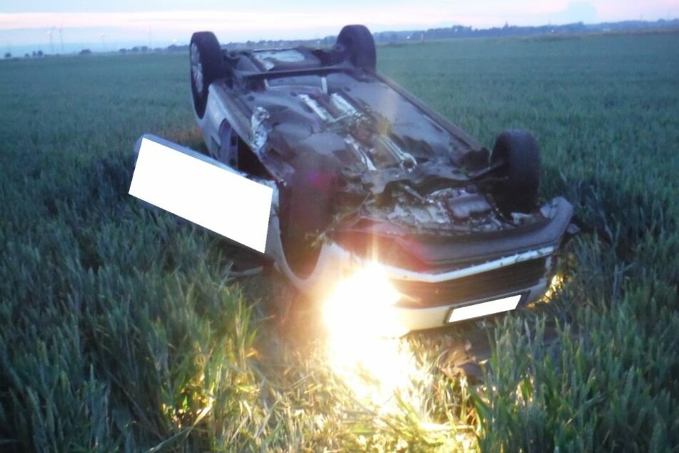 Mitten im Feld: Betrunkener Autofahrer landet auf dem Dach