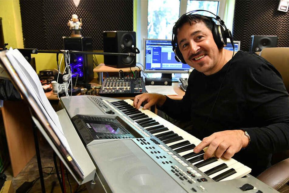 1996 entdeckte er seine Leidenschaft zur Musik. In seinem Tonstudio schreibt er eigene Texte.