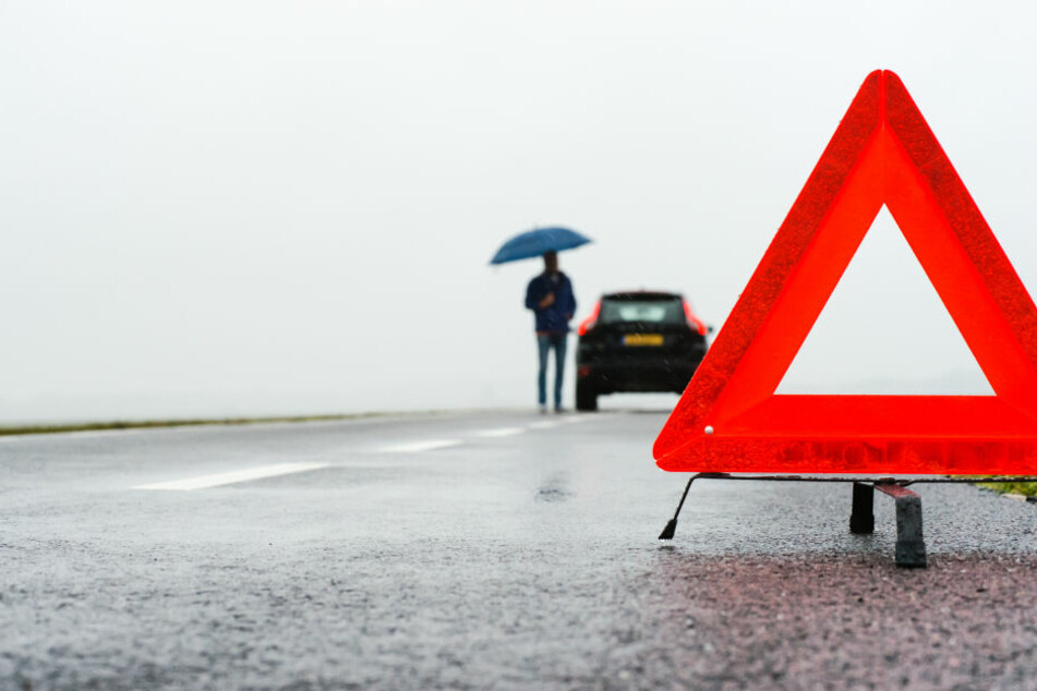 Eine vermeintliche Autopanne wurde einem hilfsbereiten Mann zum Verhängnis. (Symbolbild)