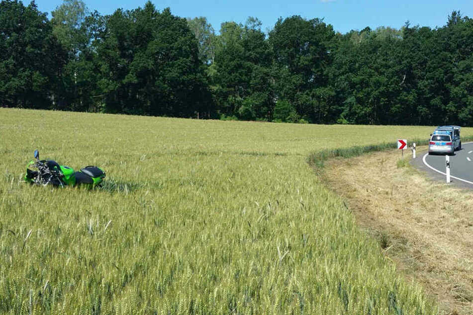 Der Motorradfahrer lag tot im Feld, 50 Meter von seiner Maschine entfernt.