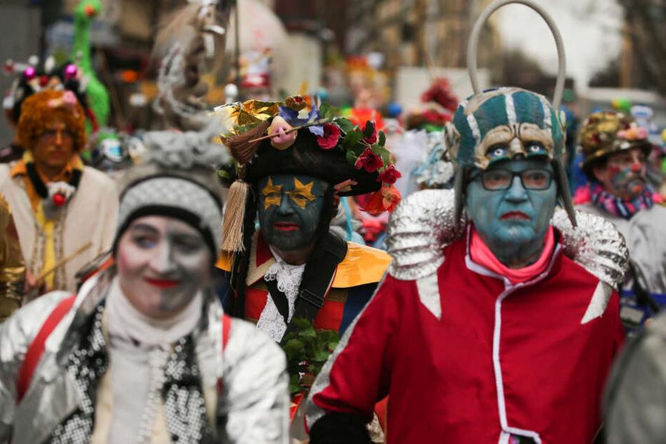 Köln: Teilnehmer und Besucher sammeln sich zum Rosenmontagszug.